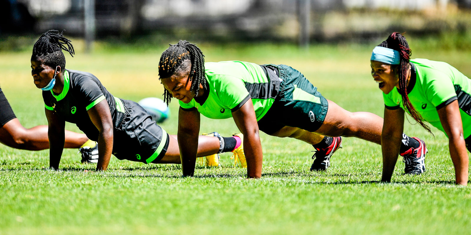 Babalwa Latsha (middle) hard at work with the Springbok Women