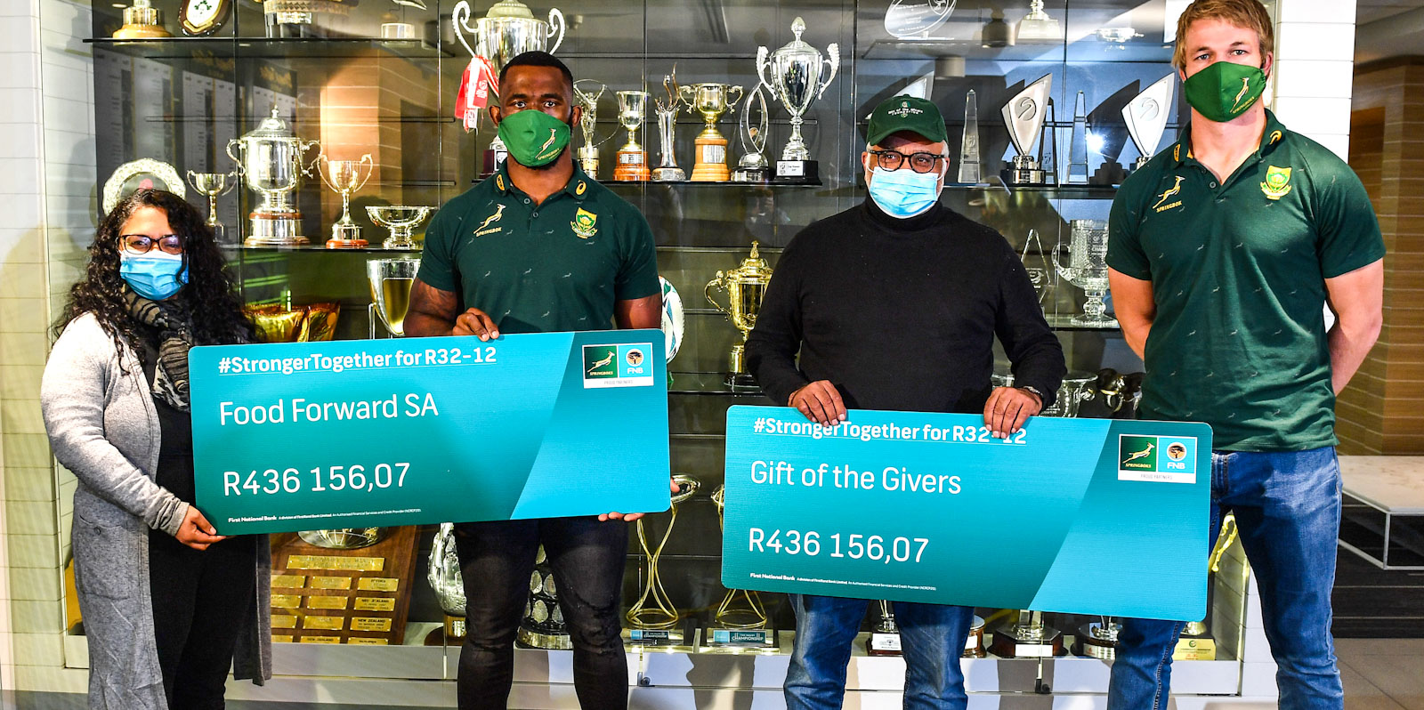 Siya Kolisi and Pieter-Steph du Toit hand over the money raised during the #StrongerTogether for R32-12 campaign